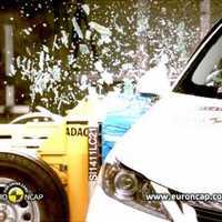 Roppant biztonságos a Lexus CT200h - videókkal