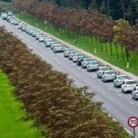 Ötszáz autó egy sorban – új világrekord