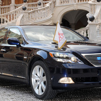 II. Albert Monacói Herceg Lexus LS-sel megy esküvőjére