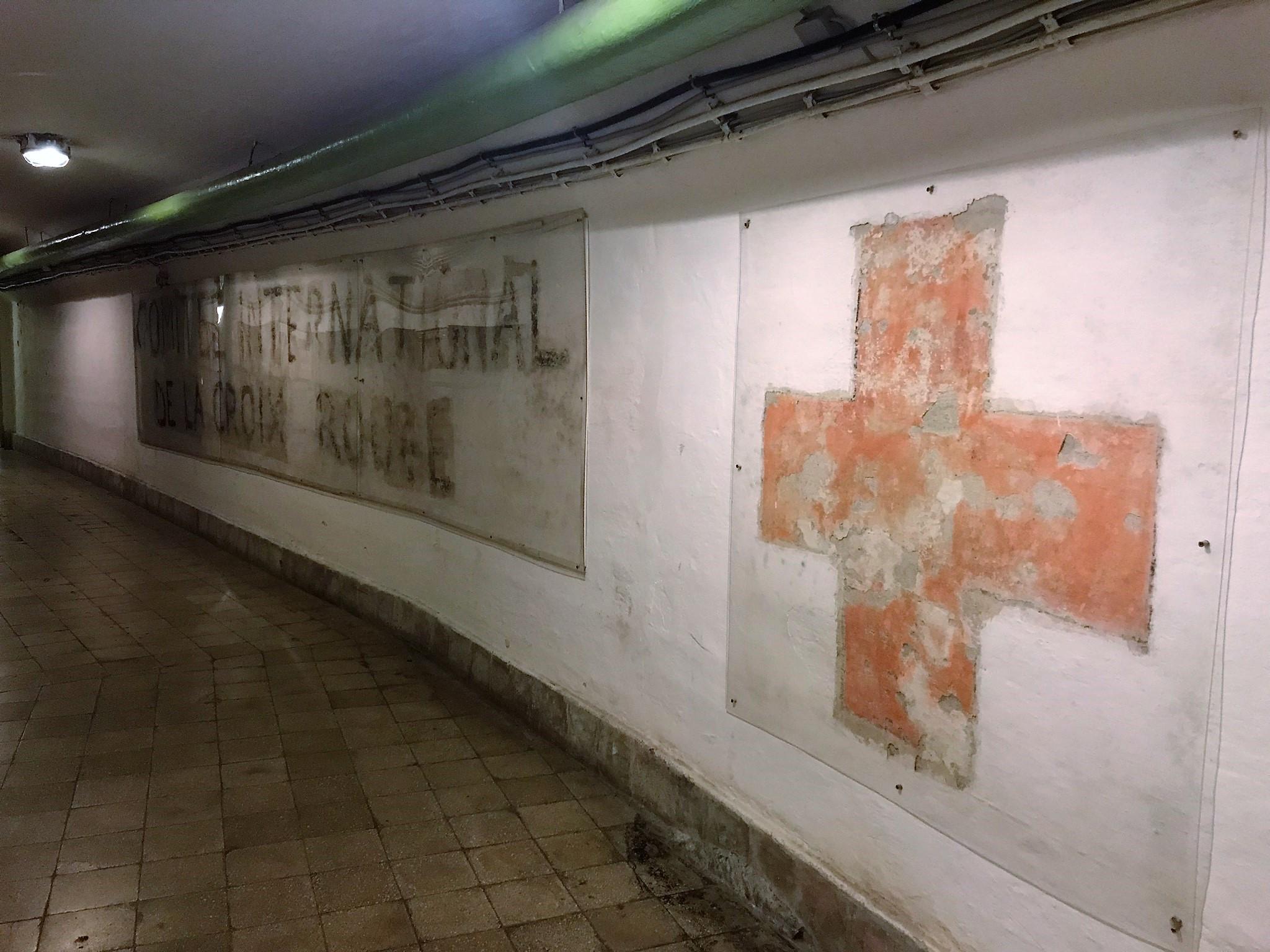 A Nemzetközi Vöröskereszt falfeliratra pár éve bukkantak rá egy renoválás során. Jelentőségét az adja, hogy az intézmény nemzetközi oltalom alatt állt, így garantálva sértetlenségét a háború alatt is.
