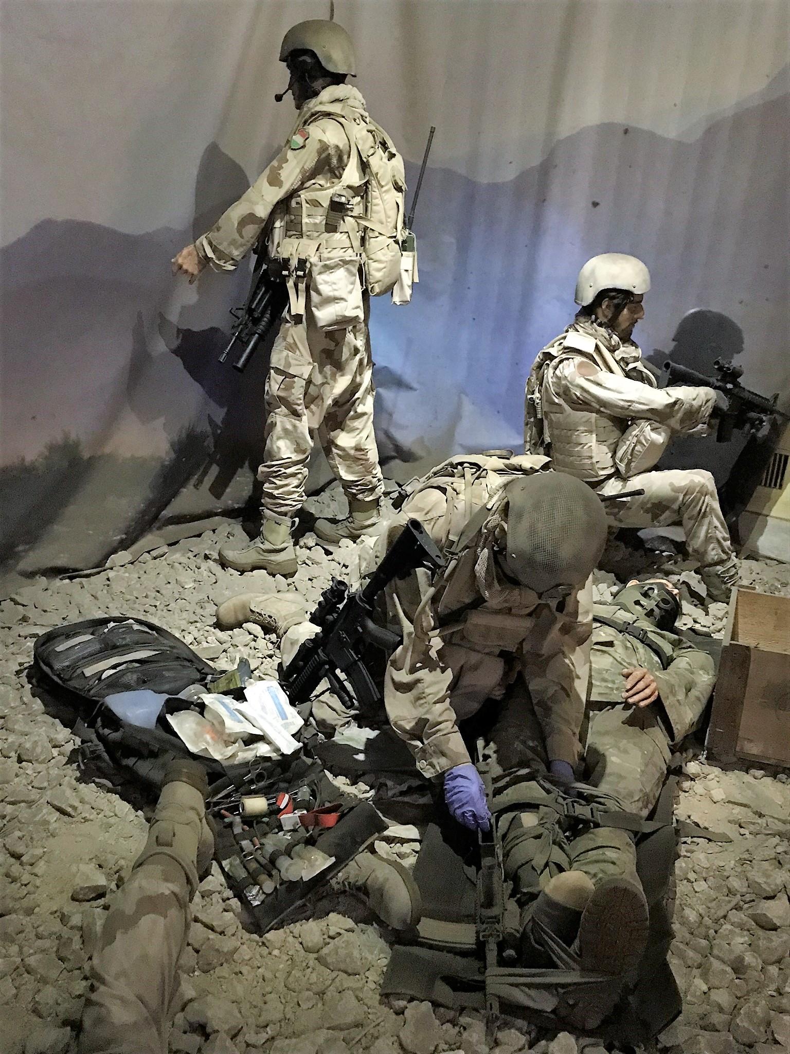 Az afganisztáni harctéren a magyar katonák láthatóak, akik parancs nélkül segítettek az amerikai katonáknak. A törött csontokat fegyverrel rögzítették és tették sínbe orvosi eszközök híján.