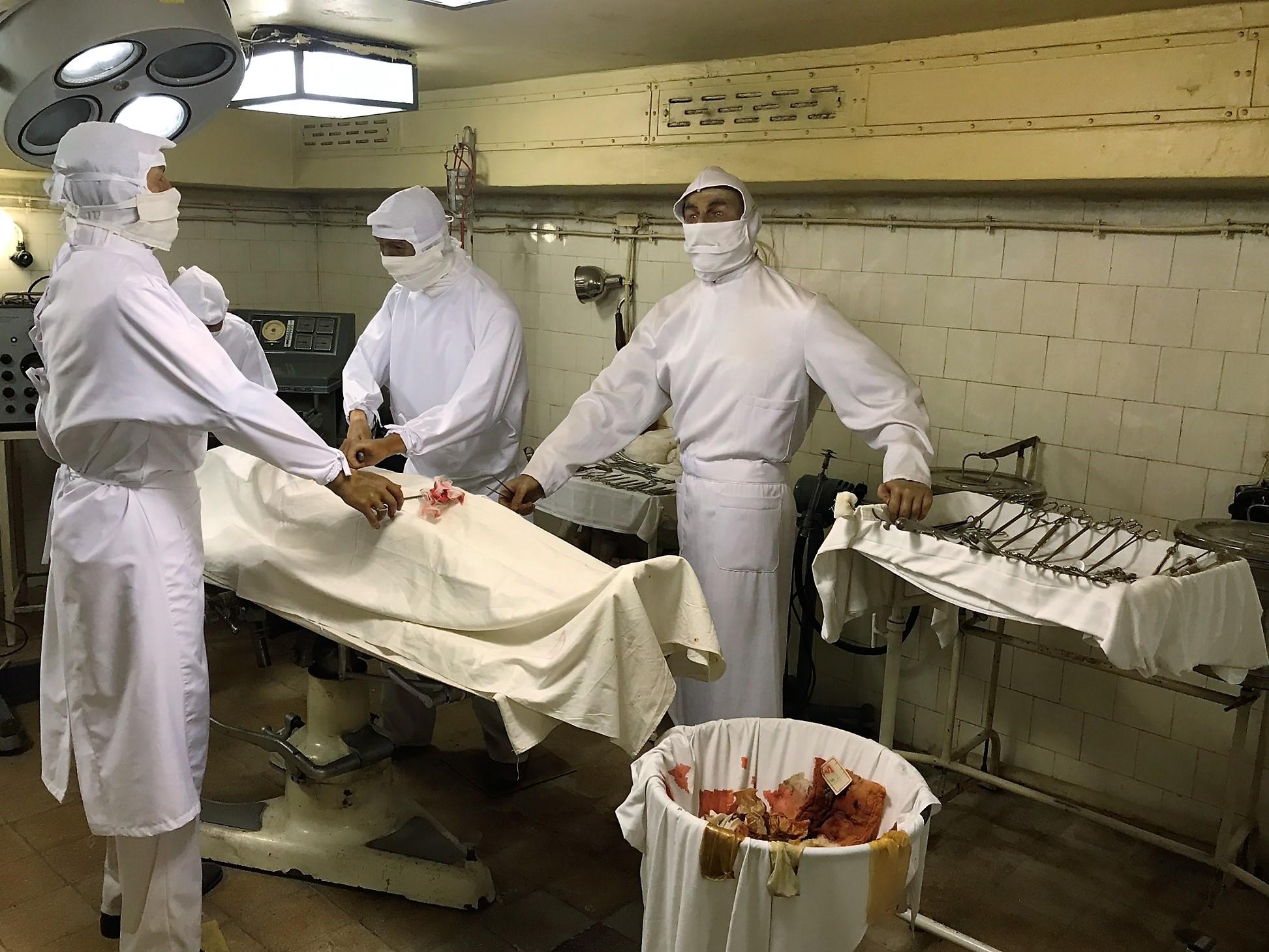 A kórházban mindössze egy műtő volt két asztallal, köztük az ún. ortopédiai húzópaddal, amellyel a törött csontokat rakták helyre. Altatógép helyett kloroformot használtak a műtétekhez.