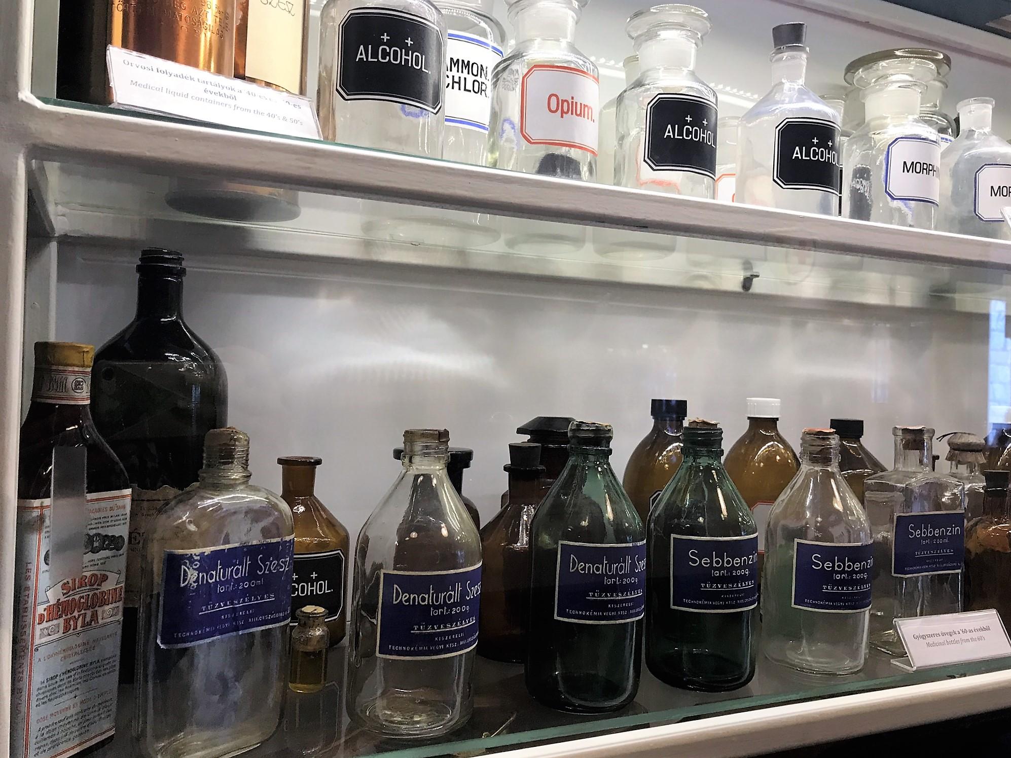 Minden kötszer, üvegcse, műtőeszköz és berendezési tárgy hiteles és korabeli. Egy részük Dr. Seibriger András gyűjteményéből származik, aki az 1956-os szabadságharc idején szolgált a Sziklakórházban.