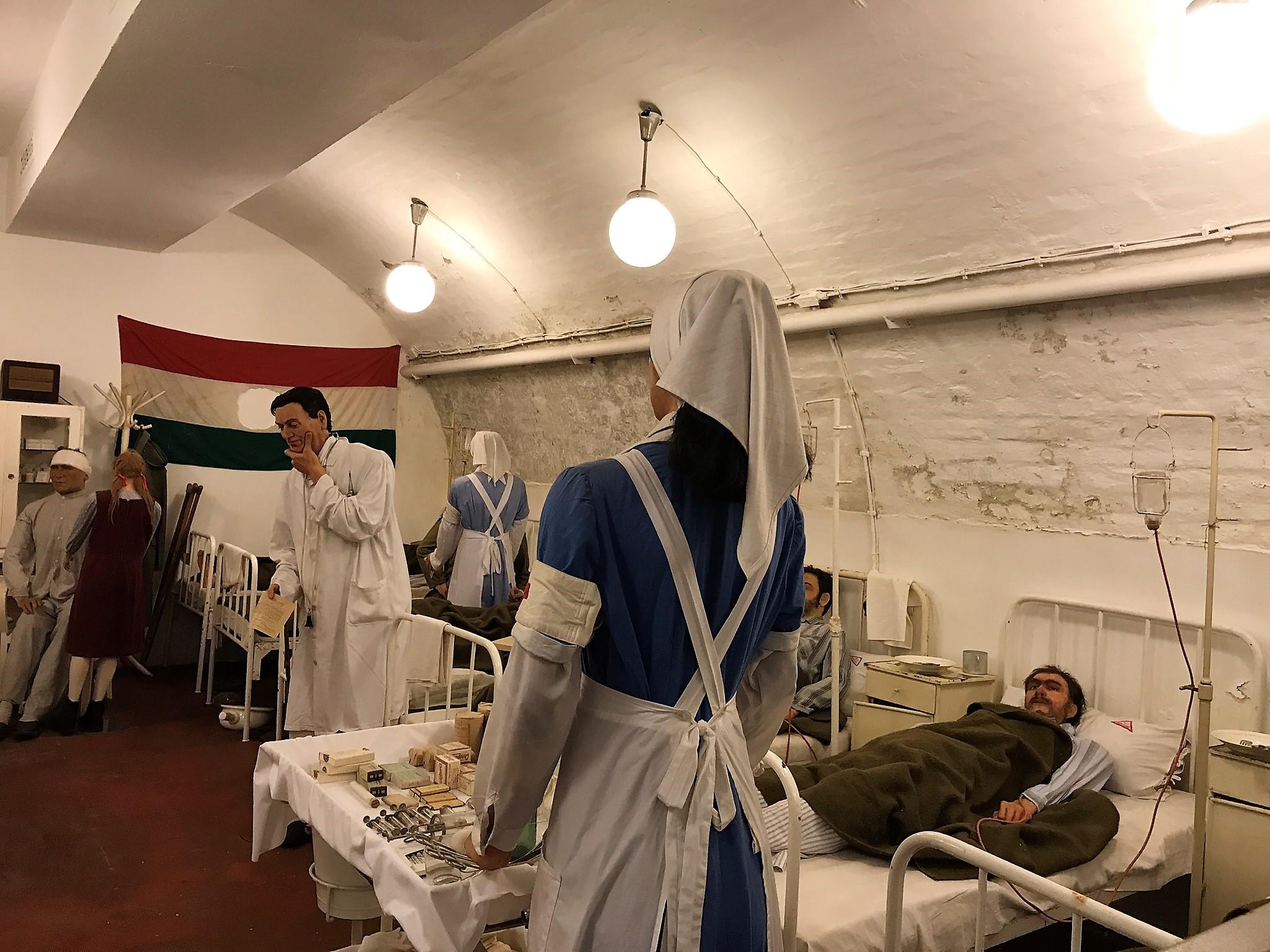 Kezdetben három kórteremmel működött a kórház: egy a nőknek, egy a katonáknak és egy a civileknek. Az 1956-os forradalom idején a kórtermek száma hatra bővült.