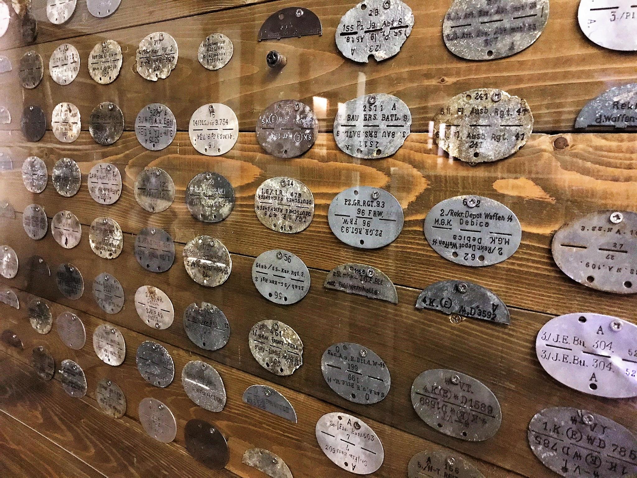 A Budai Várban rekedt emberek elkeseredésükben 1945 február 11-én a kitörést kíséreltek meg. 24.000 emberből mindössze 7-800 fő jutott át a szovjet ostromgyűrűn. Korabeli rohamsisakok és azonosító cédulák állítanak emléket a tragédiának.