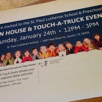 Iskolai nyílt nap kamionsimogatóval és K-9 labradorral