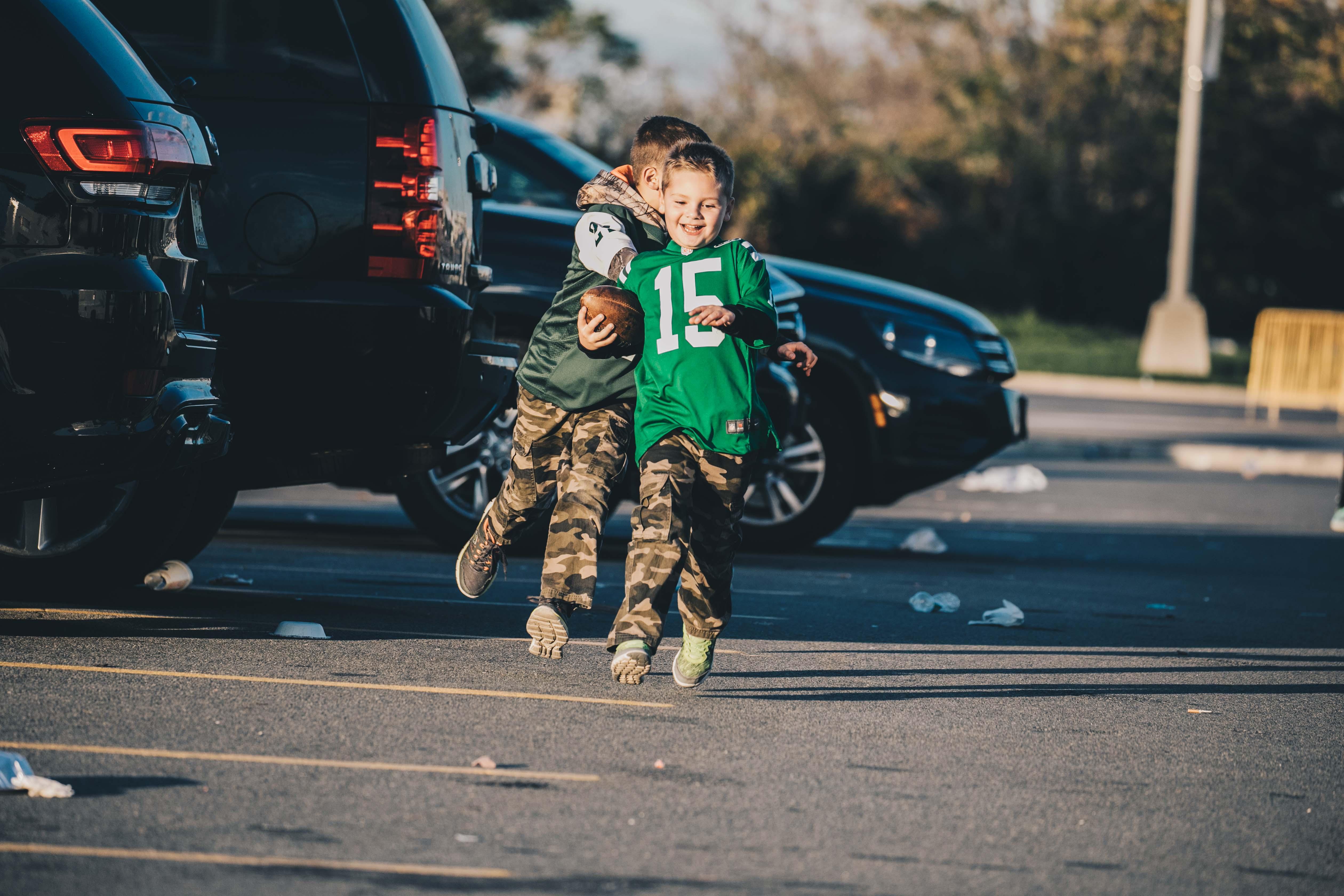 Sokan a parkolóban maradnak még jó ideig és játékkal, beszélgetéssel, sütögetéssel töltik el az időt