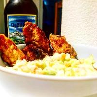 Csípős sörtésztába forgatott csirkecsíkok, friss coleslaw salátával