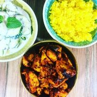 Pikáns tandoori csirkemell, mentás cukkinisalátával és kurkumás rizzsel