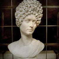 Göndörített hajépítmény - római frizura trend