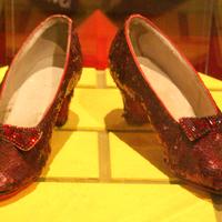 Aki Dorothy piros cipellőjét tervezte: Adrian