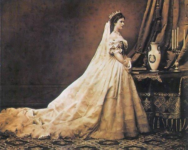 coronation_gown_1867_2.jpg