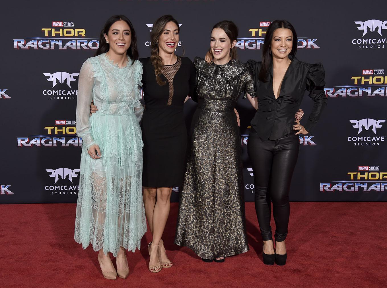 Balról jobbra: Chloe Bennet (Daisy), Natalia Cordova-Buckley (Yo-Yo), Elizabeth Henstridge (Jemma Simmons) és Ming-Na Wen (May)
