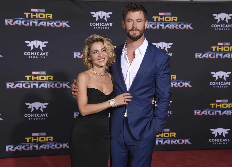 Elsa Pataky (bal) és Chris Hemsworth