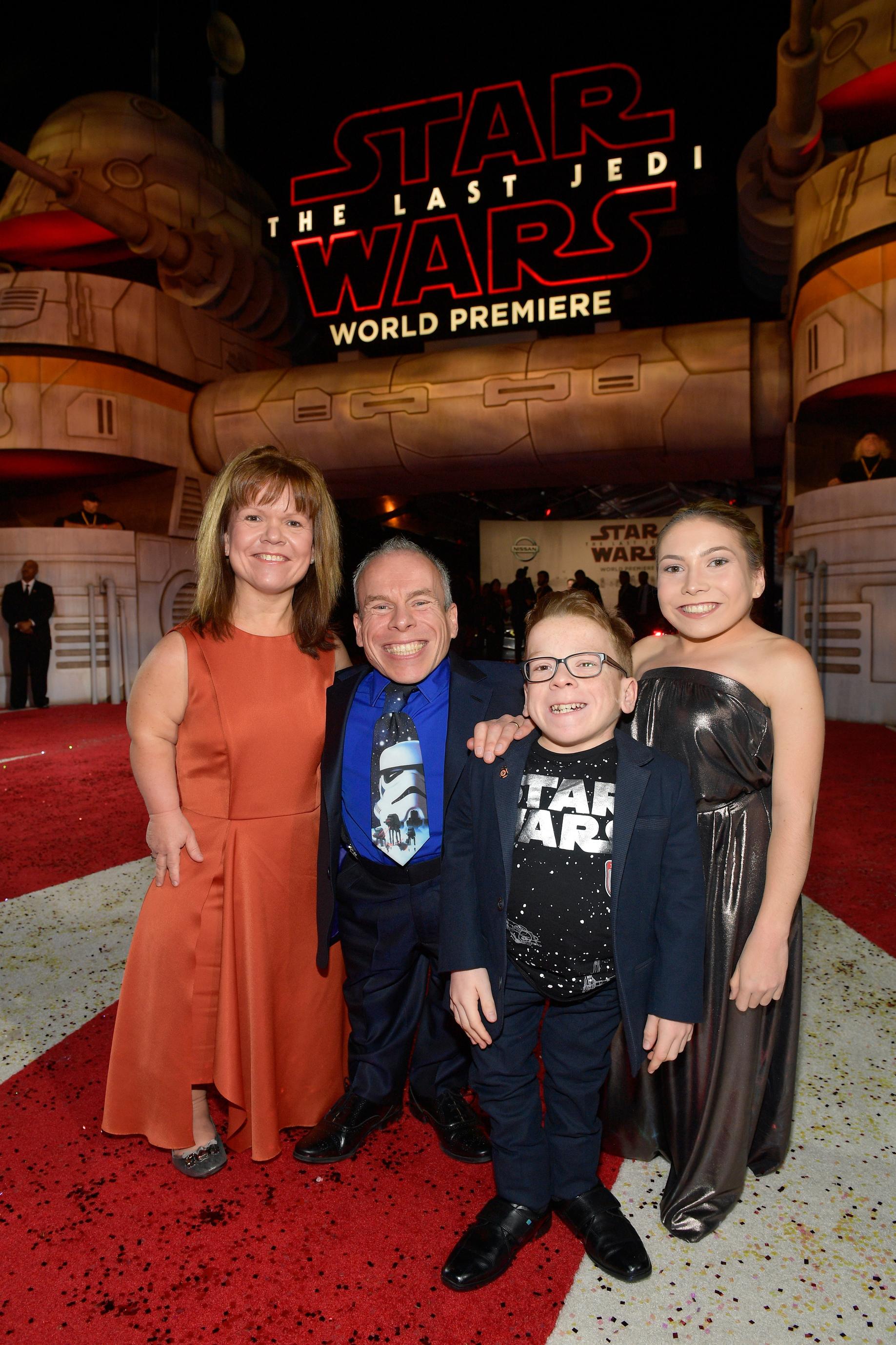 Warwick Davis (balról a második) és (balról jobbra) Samantha Davis, Lloyd Davis and Annabelle Davis