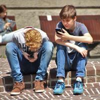 Tiltsuk vagy engedjük a gyereknek a mobilhasználatot?