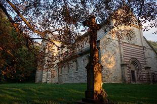 Bélapátfalva: az erdei templom és a holtak kapuja