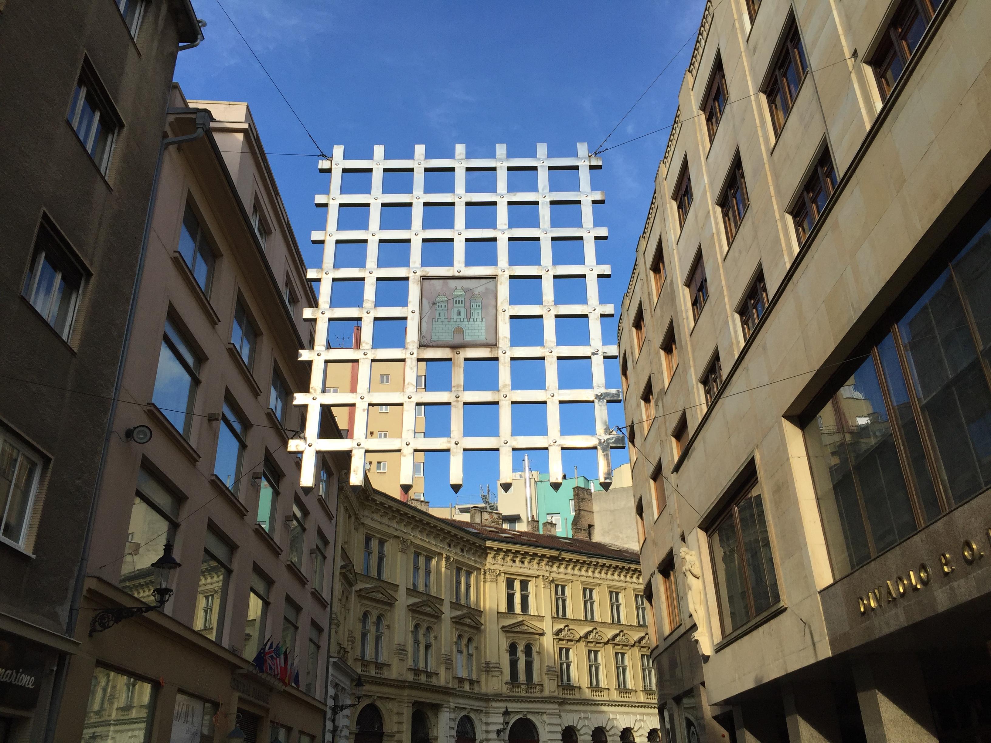 Az egykori városfalak már nincsenek meg, eza récs pedig a négy egykori városkapu egyikére emlékeztet