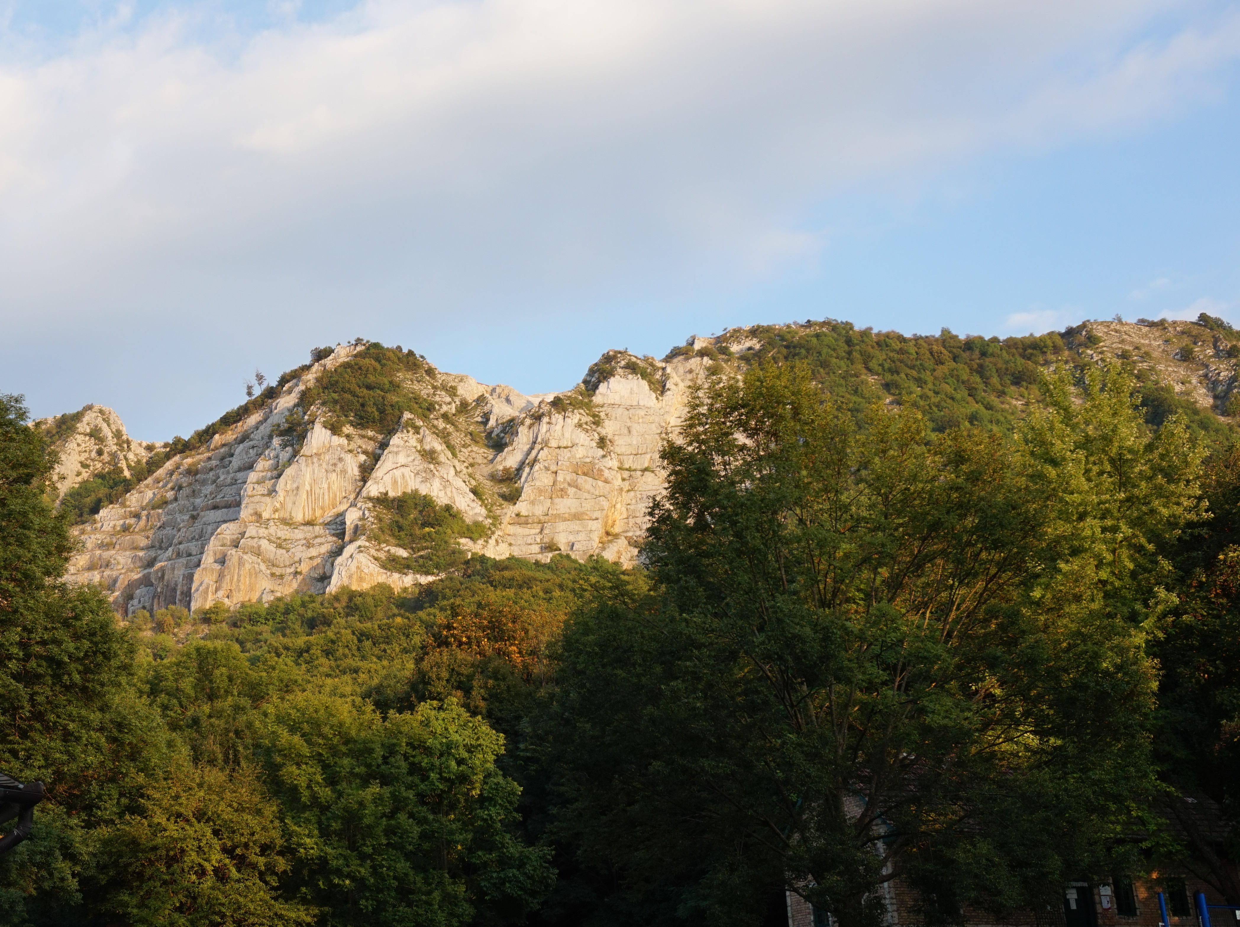 A Bél-kő mellett/alatt található a templom