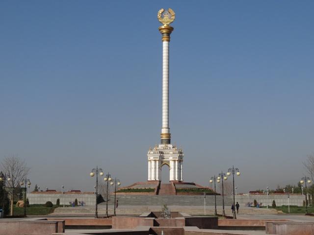 A tádzsik címer piedesztálon (az elnöki palota mellett)