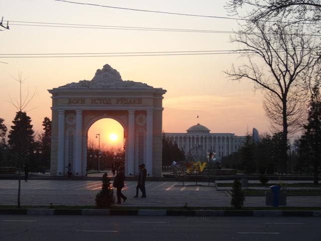 A Rudaki Park bejárata háttérben az elnöki palotával