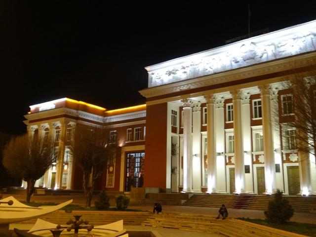 A Parlament a Szomoni szoborral szemben