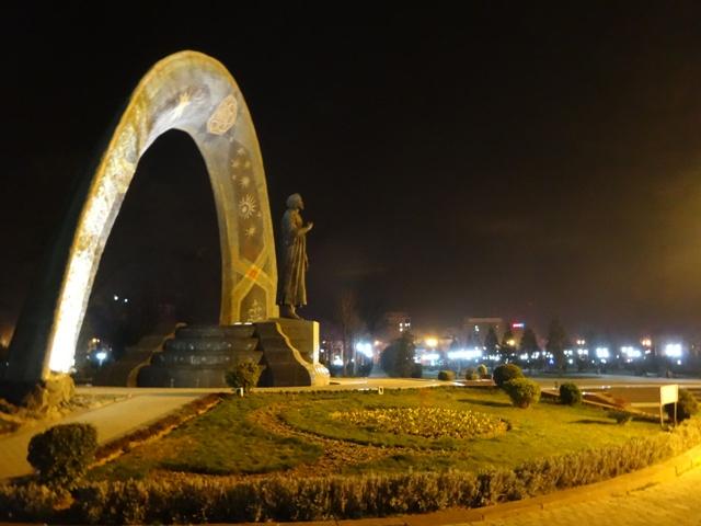 A költő, Rudaki szobra a Rudaki Parkban