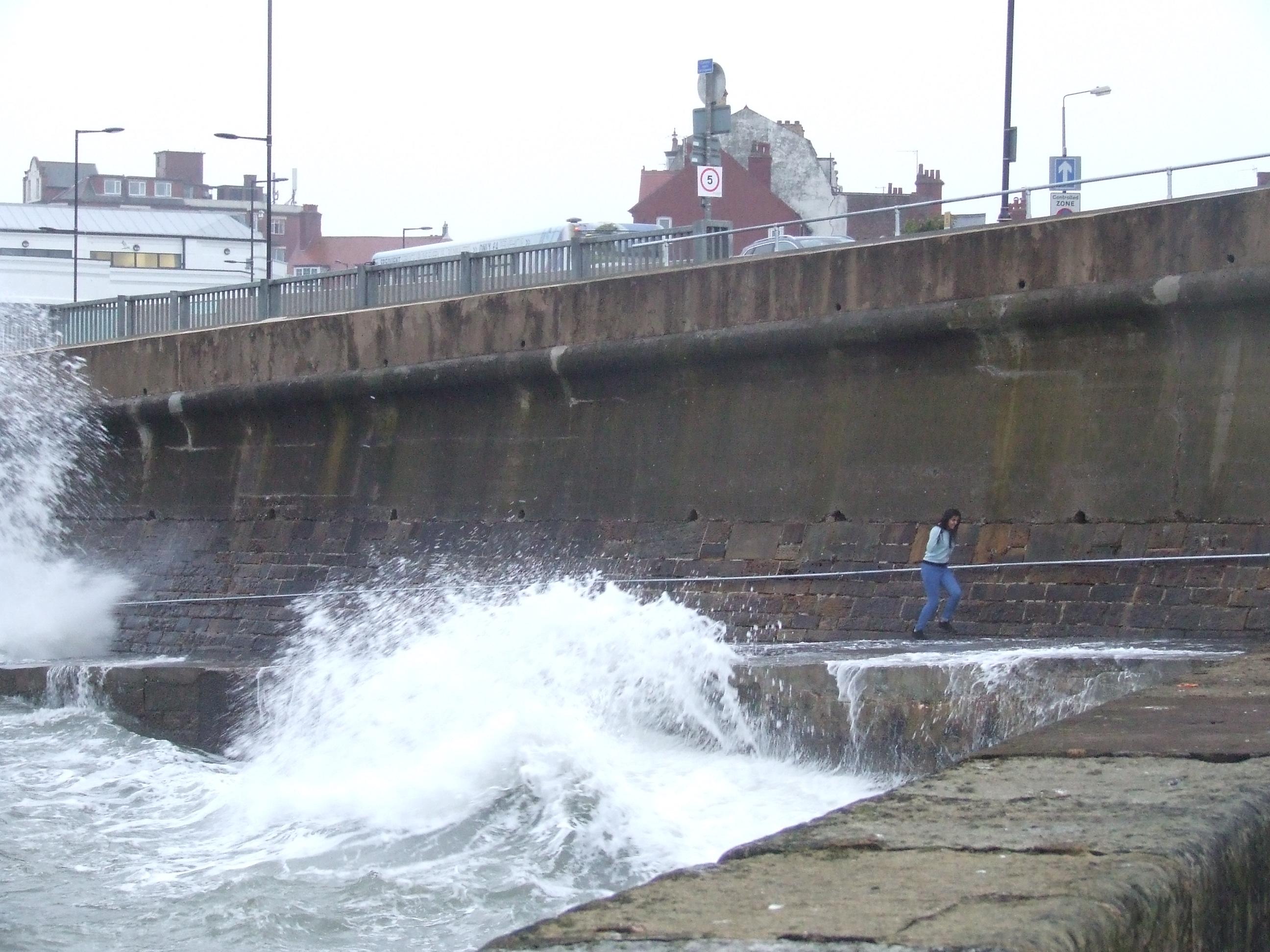 Helyi srácok a felcsapó hullámok elől ugráltak. Estére az apály több, mint 2 méterrel csappantotta meg a vízszintet.<br /><br />Fotó: Má
