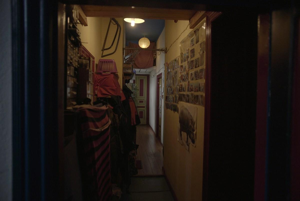 Ezen a folyosón volt a szobánk, valaki épp nem volt otthon. Mellettünk lévő szobákban a falon lévő képek és itt-ott heverő játékok tanúsága szerint egy család lakott. A lányok legfölül, egy - szintén épp otthon nem levő - magyar pár szobáját kapták meg.<br />Fotó: Scholtz Kristóf