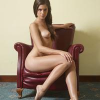 Caprice bepucsít a fotelban