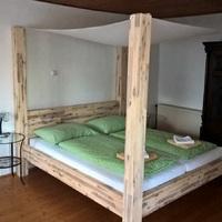 Baldachinos ágy egy modern lakásba