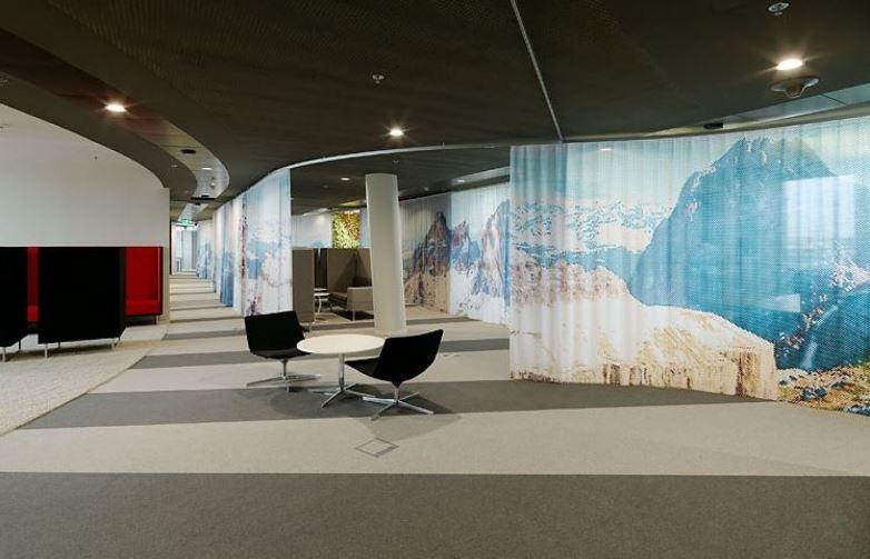 Trendi osztrák iroda függönyökkel osztja terét