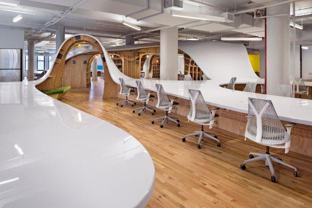 Iroda, ahol mindenki egy asztalnál dolgozik