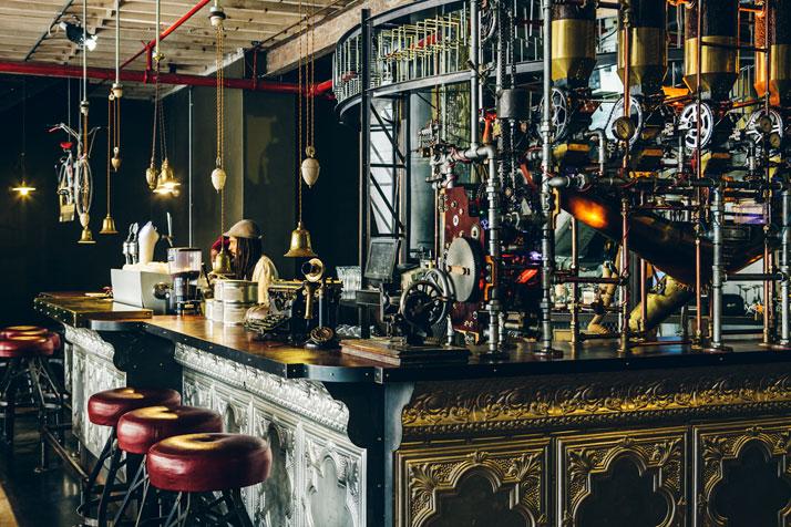 A steampunk hódít: beton, rozsda és fa a mosdóban