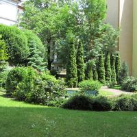 Külföldinek, de minimum vidékinek látszó kert Ferencvárosban