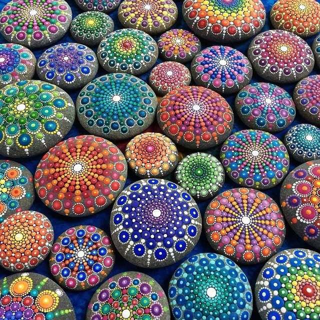 Meditáció mandala kövekkel