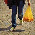 Angliában tizedére csökkent a nejlonzacskó használat