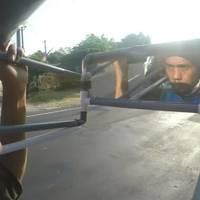 700 km-t sétál hátrafelé egy indonéz férfi