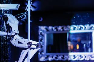 Robottáncosok ünneplik a sztriptízbárt
