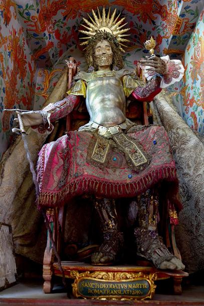 A Reunaui Szent Deodatus fejét az apácák úgy hozták létre hogy koponyájának felső felét viaszból öntötték ki, száját azonban már szövetből formázták meg.