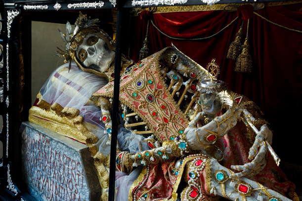 Szent Munditia a Müncheni Szent Péter bazilikában, a katakombákból hozott sírfelirattal.