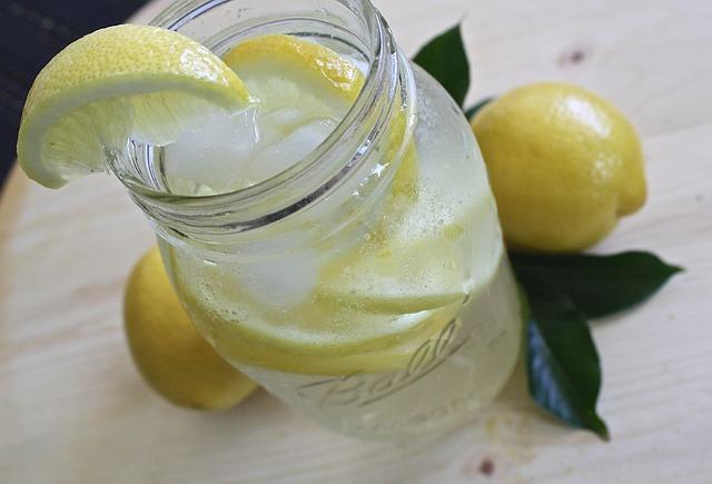 lemon-water-1420277_640.jpg