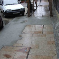 A nap képe: betonnal javított díszburkolat a Király utcában