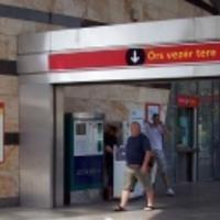 Egy állomás, amibe kódolva van, hogy minden második metrót lekéssünk