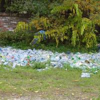 Miért épít szeméthegyet a Zuglói Önkormányzat? Egy zöldövezeti telkén halmokban állnak a műanyag palackok
