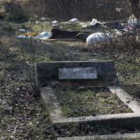 Szeméttelep sírhalmokkal? Dehogy, csak egy elhagyatott budapesti temető, melyet hulladéklerakónak használnak