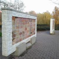 Népirtás emlékműve vagy urnatemető? Egyik sem. Különleges kiállítás Budapest egyik legérdekesebb tavának partján