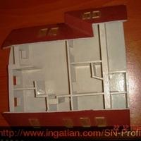 Hirdetés makettal. Valaki egy térbeli modell fotójával mutatja be eladó lakását