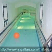 Egysávos úszómedence egy szentendrei lakásban