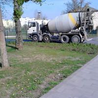 Miért kell betonkeverővel megnyomorítani a Bikás park nemrég megszépült sétányát?